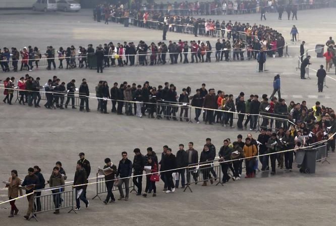 Sinh viên xếp hàng xin việc ở tỉnh Hà Nam