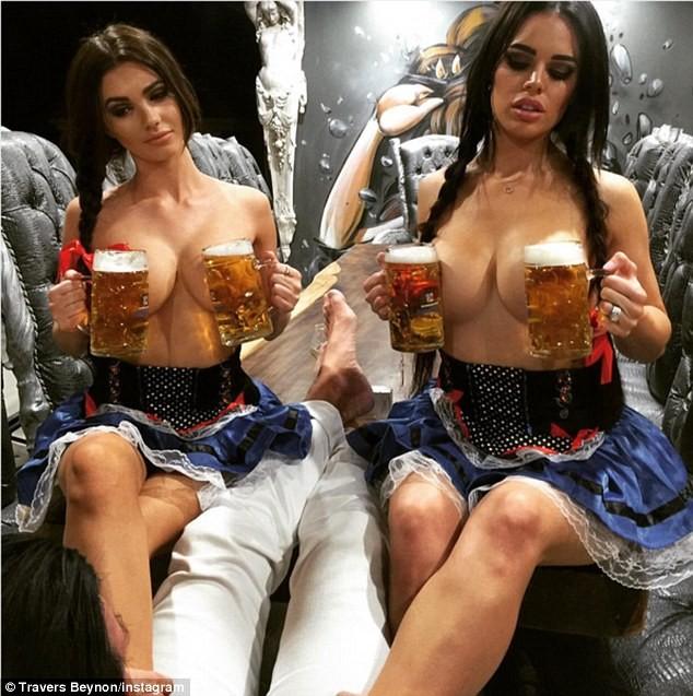 Beynon còn cho vợ (phải) cùng một mỹ nhân khác sắm vai trong lễ hội bia Oktoberfest