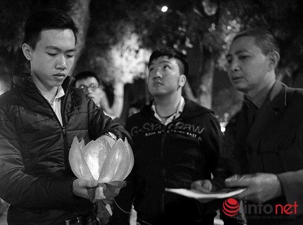 Người dân thả hoa đăng tri ân Đại tướng Võ Nguyên Giáp ảnh 11