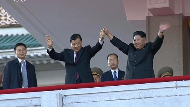 """Tập Cận Bình xuống thang, Kim Jong-un """"miệng cười giấu dao"""" ảnh 2"""