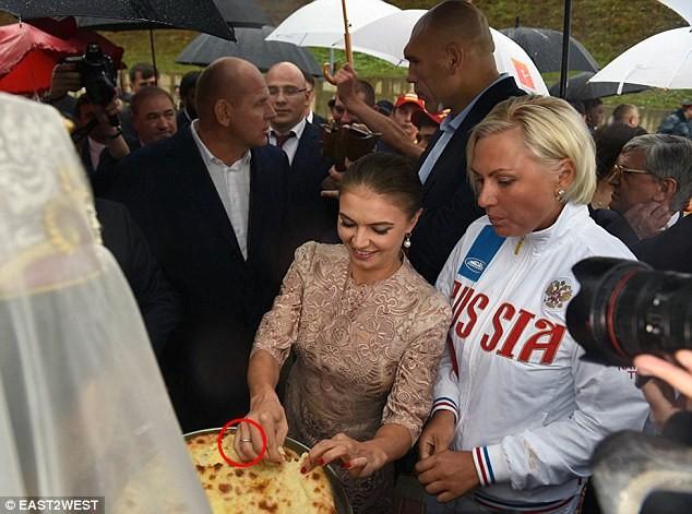 Bạn gái Putin đeo nhẫn cưới xuất hiện trước công chúng ảnh 1