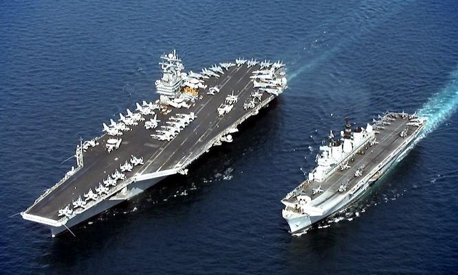 Tàu sân bay trục thăng Izumo của hải quân Nhật và tàu sân bay USS John Stennis CVN-74 trong một cuộc tập trận trên biển