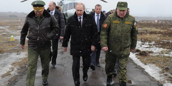 Ông Putin trong một lần thị sát quân đội Nga tập trận cùng bộ trưởng quốc phòng Soigu