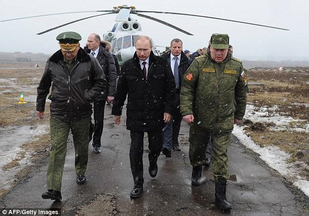 Bộ trưởng quốc phòng Sergei Shoigu tháp tùng tổng thống Putin thị sát một cuộc diễn tập quân sự