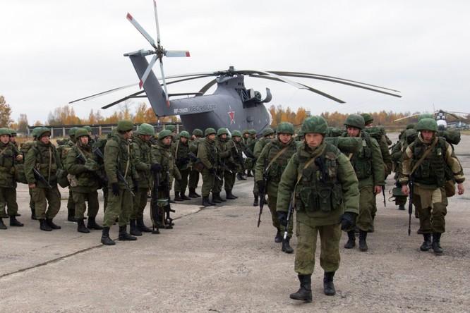 Lính dù Nga hành quân