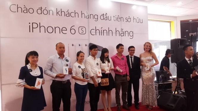 Hơn 6.000 iPhone 6S/6S Plus chính hãng bán ra ngày đầu tiên ảnh 2
