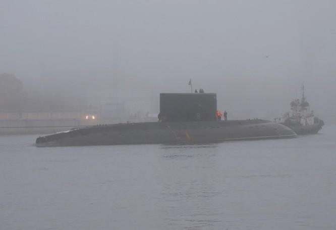 """Ảnh mới hai tàu ngầm Kilo """"hố đen"""" Việt Nam sắp tiếp nhận tại St. Petersburg ảnh 2"""