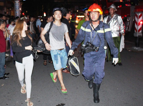 Cháy khách sạn trung tâm Sài Gòn, nhiều du khách mắc kẹt ảnh 1