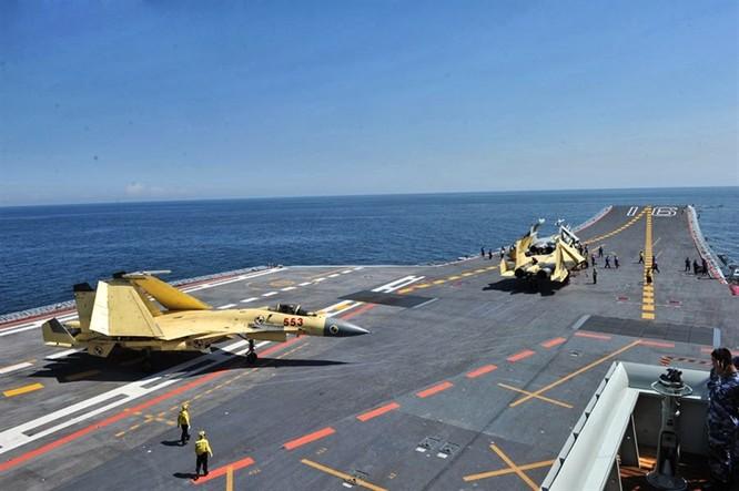 Máy bay J-15 tập cất hạ cánh trên tàu sân bay Liêu Ninh duy nhất của quân đội Trung Quốc. Mỹ hiện có 11 cụm tác chiến tàu sân bay đang hoạt động