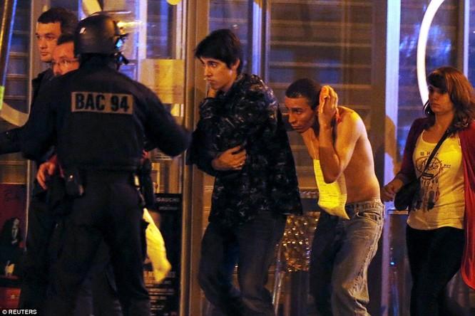Tấn công khủng bố đẫm máu tại Paris, 130 người chết, 100 người bị giết sau khi bắt làm con tin ảnh 9