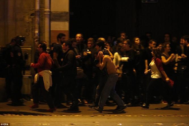 Tấn công khủng bố đẫm máu tại Paris, 130 người chết, 100 người bị giết sau khi bắt làm con tin ảnh 10
