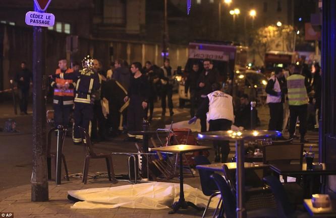 Hiện trường vụ tấn công khủng bố kinh hoàng tại Paris