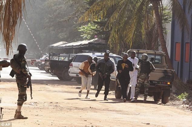 Khủng bố tại khách sạn Mali, hai tay súng đã chết ảnh 10