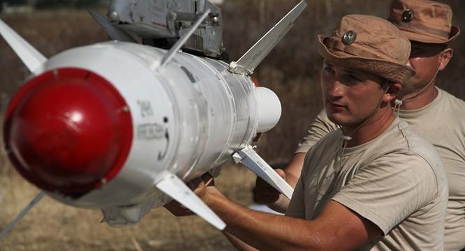 Nạp vũ khí cho máy bay trước giờ xuất kích tại sân bay Latakia