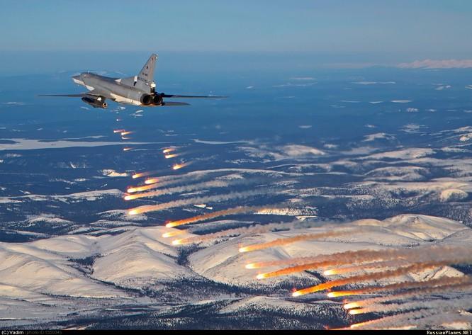 Máy bay ném bọm Tu-22M3 Blackfire phóng hỏa lực tấn công