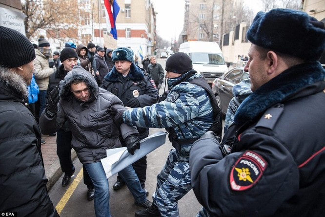 Người dân Nga giận dữ biểu tình trước đại sứ quán Thổ Nhĩ Kỳ tại Moscow