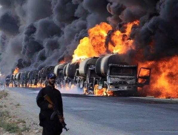 Đoàn xe chở dầu lậu của IS bị Nga không kích bốc cháy dữ dội