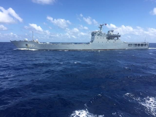 Tàu chiến của Trung Quốc đang vây ép tàu Hải Đăng 05 - Ảnh do thuyền viên tàu Hải Đăng 05 cung cấp