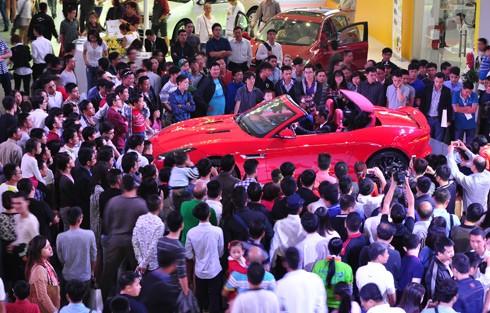 Chạy thuế, chơi Tết: Ôtô đua nhau tăng giá hàng ngàn USD ảnh 2