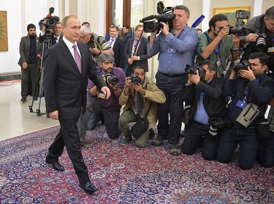 """Putin: Giải mã dáng đi """"bất thường"""" của nhân vật quyền lực ảnh 2"""