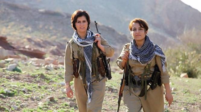 Hai nữ binh người Kurd