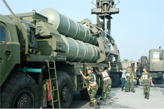 Bộ đội phòng không Việt Nam triển khai tên lửa S-300