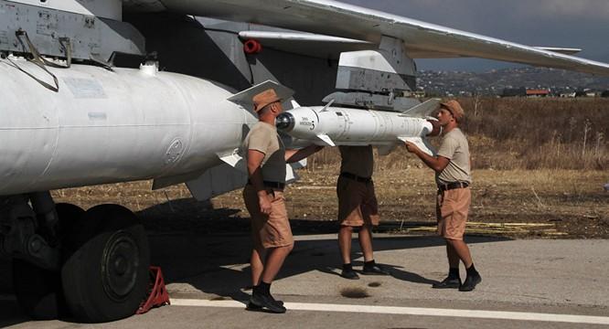 Binh sĩ Nga lắp vũ khí lên máy bay chuẩn bị xuất kích chống khủng bố tại Syria