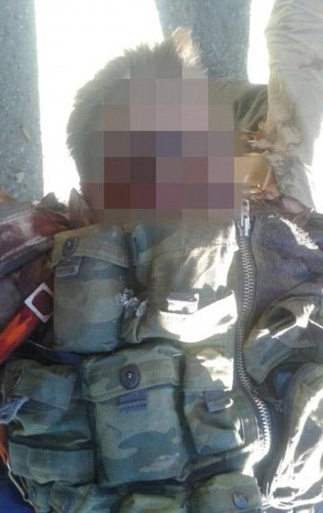 Hình ảnh phi công Nga Peshkov sau khi bị phiến quân Thổ Nhĩ Kỳ sát hại