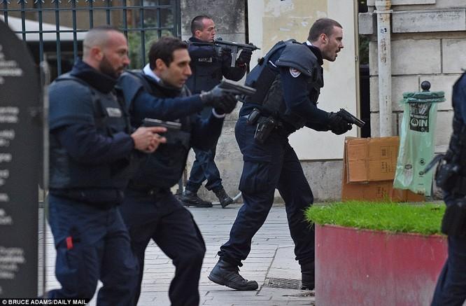 Cảnh sát Pháp bố ráp khủng bố tại Paris sau hàng loạt vụ tấn công khủng bố đẫm máu của IS