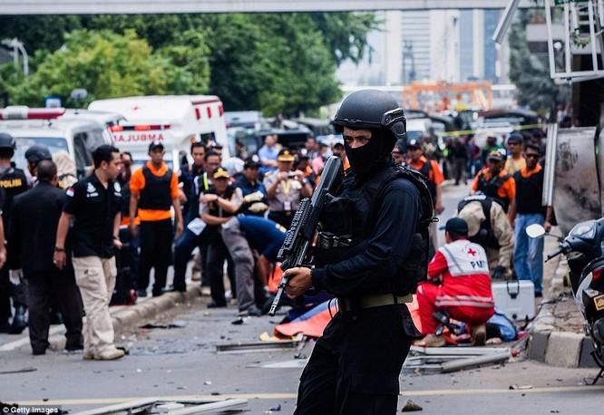Toàn cảnh loạt vụ phiến quân khủng bố tấn công 7 điểm ở Jakarta ảnh 6