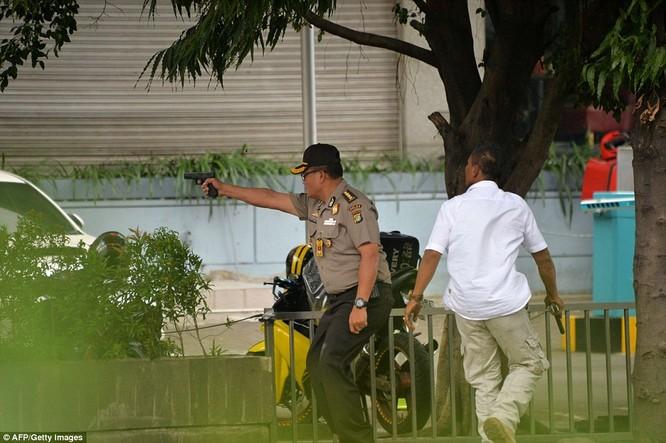 Toàn cảnh loạt vụ phiến quân khủng bố tấn công 7 điểm ở Jakarta ảnh 7
