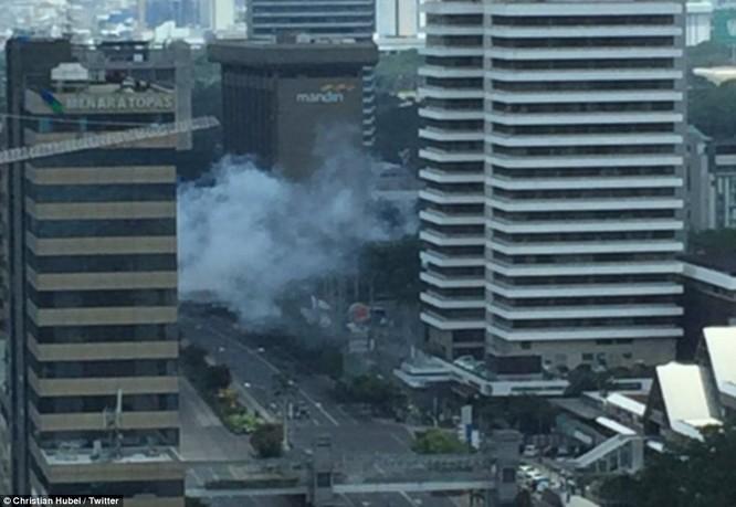 Toàn cảnh loạt vụ phiến quân khủng bố tấn công 7 điểm ở Jakarta ảnh 10