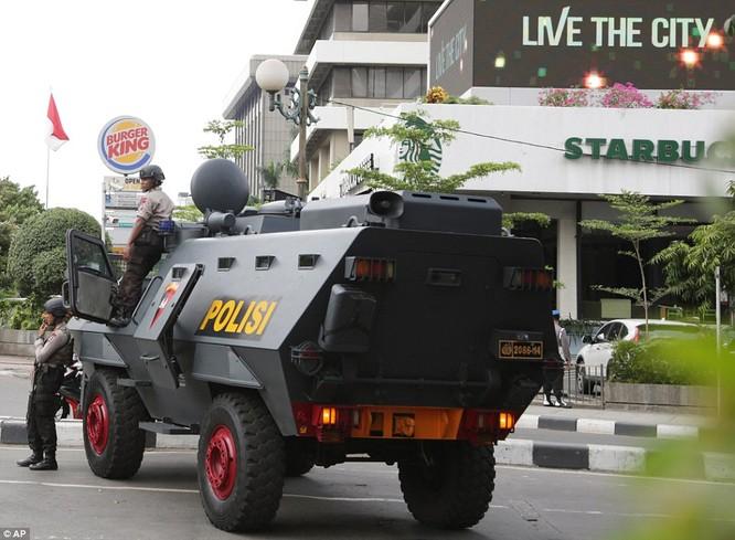 Toàn cảnh loạt vụ phiến quân khủng bố tấn công 7 điểm ở Jakarta ảnh 11