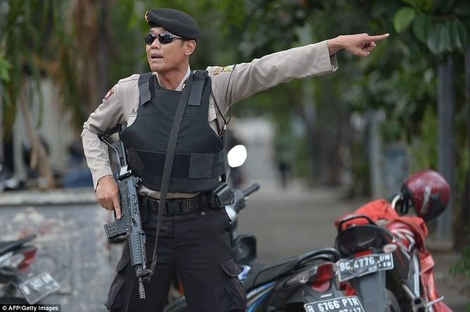 Toàn cảnh loạt vụ phiến quân khủng bố tấn công 7 điểm ở Jakarta ảnh 12