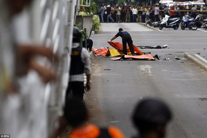 Toàn cảnh loạt vụ phiến quân khủng bố tấn công 7 điểm ở Jakarta ảnh 13