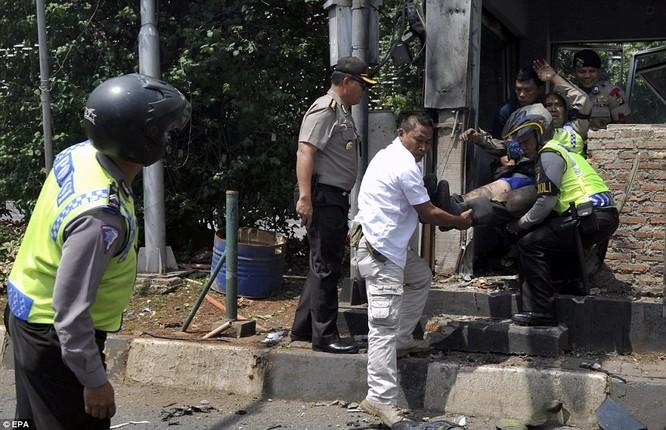 Toàn cảnh loạt vụ phiến quân khủng bố tấn công 7 điểm ở Jakarta ảnh 14