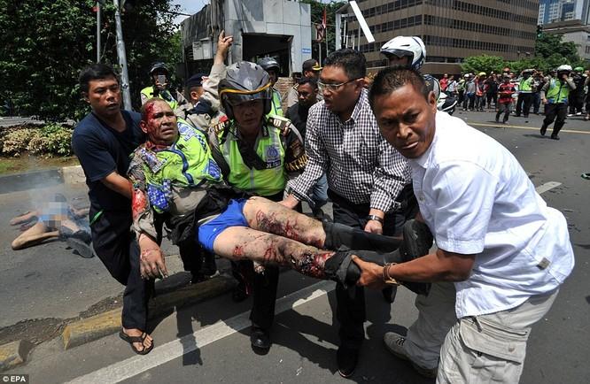 Toàn cảnh loạt vụ phiến quân khủng bố tấn công 7 điểm ở Jakarta ảnh 15