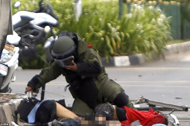 Toàn cảnh loạt vụ phiến quân khủng bố tấn công 7 điểm ở Jakarta ảnh 16