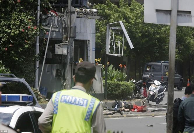 Toàn cảnh loạt vụ phiến quân khủng bố tấn công 7 điểm ở Jakarta ảnh 17