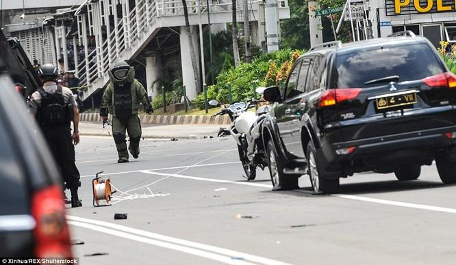 Toàn cảnh loạt vụ phiến quân khủng bố tấn công 7 điểm ở Jakarta ảnh 9