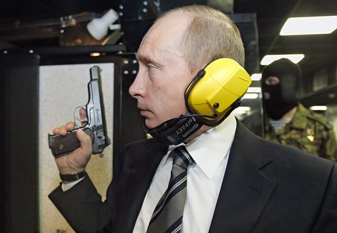 Ông Putin bắn thử súng ngắn