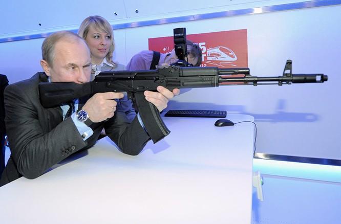 Ngày 25/5/2010. Trong chuyến thăm Izhevsk, Tổng thống Vladimir Putin làm quen với sản phẩm của tập đoàn