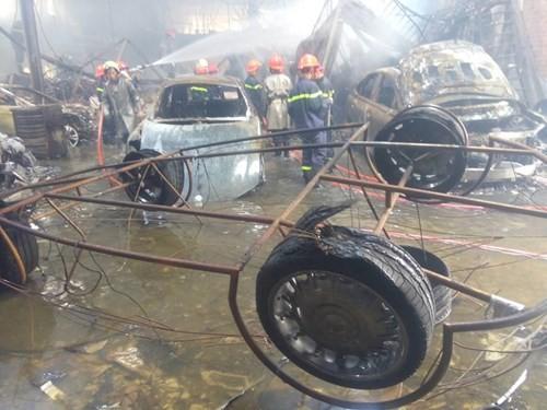 Hàng loạt siêu xe Bentley bị thiêu rụi trong vụ cháy ở Sài Gòn ảnh 2