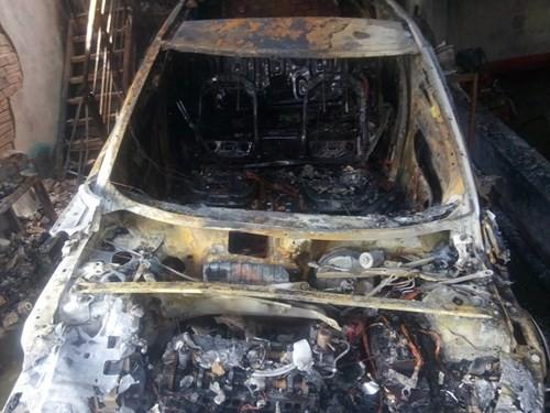 Hàng loạt siêu xe Bentley bị thiêu rụi trong vụ cháy ở Sài Gòn ảnh 1