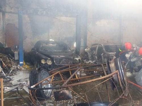 Hàng loạt siêu xe Bentley bị thiêu rụi trong vụ cháy ở Sài Gòn ảnh 6