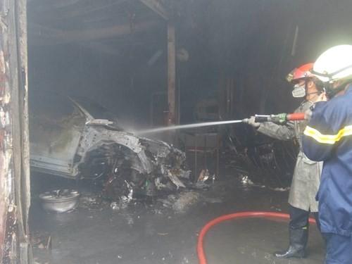 Hàng loạt siêu xe Bentley bị thiêu rụi trong vụ cháy ở Sài Gòn ảnh 7