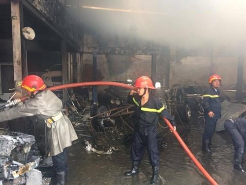 Hàng loạt siêu xe Bentley bị thiêu rụi trong vụ cháy ở Sài Gòn ảnh 9