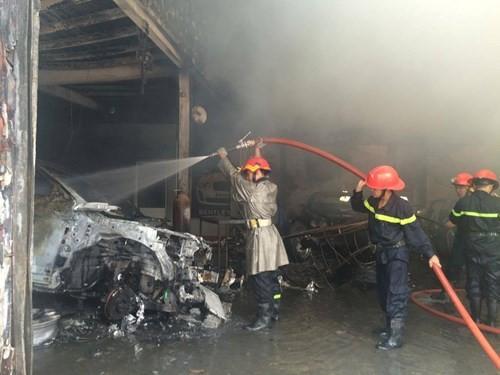 Hàng loạt siêu xe Bentley bị thiêu rụi trong vụ cháy ở Sài Gòn ảnh 4
