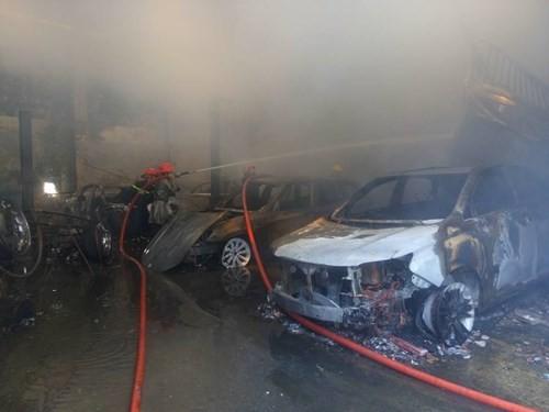 Hàng loạt siêu xe Bentley bị thiêu rụi trong vụ cháy ở Sài Gòn ảnh 10