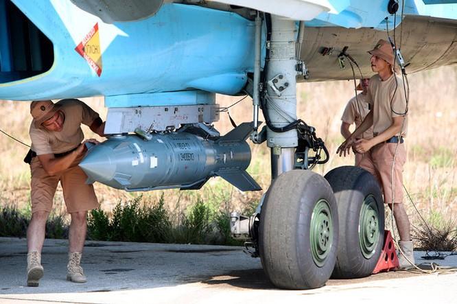 Binh sĩ Nga lắp bom lên máy bay trước giờ xuất kích tại chiến trường Syria